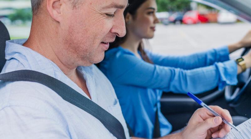 Frei von Prüfungsangst: Fahrschülerin beim Absolvieren ihrer praktischen Fahrprüfung.