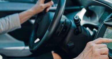 Ältere Frau stellt eine Route auf ihrem Navigationssystem ein.