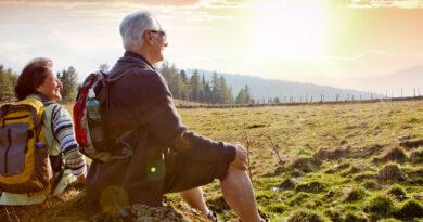 Älteres Paar rastet beim Wandern