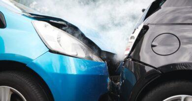blaues Auto ist auf anderen PKW aufgefahren
