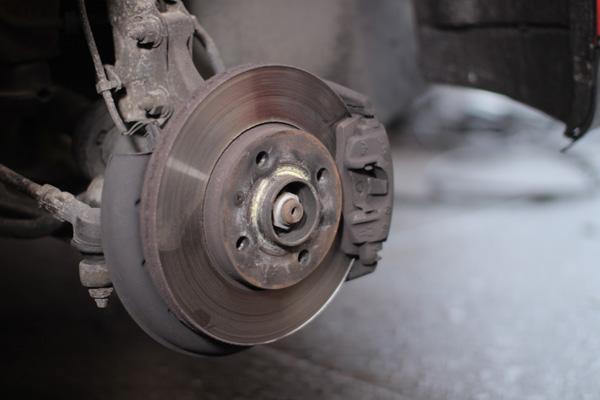 Benutzte Bremsscheibe mit Bremsbelag vorne