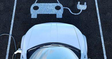 Elektroautos können auf gekennzeichneten Parkplätzen mit Ladesäulen aufgeladen werden