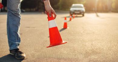 Mann stellt Hütchen für Fahrtraining auf