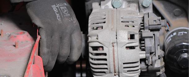 Lichtmaschine und Hand von Automechaniker