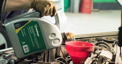 Se añade aceite de motor