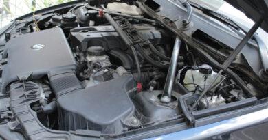 Blick schräg in den Motorraum eines Autos