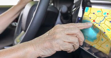 Ältere Frau bedient Navigationsgerät