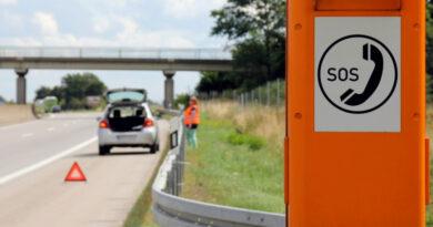 Absicherung eine Unfallsstelle auf der Autobahn mit dem Warndreieck