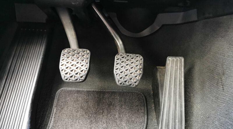 Fußpedale im Auto