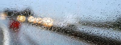 Regenwetter hinter Windschutzscheibe