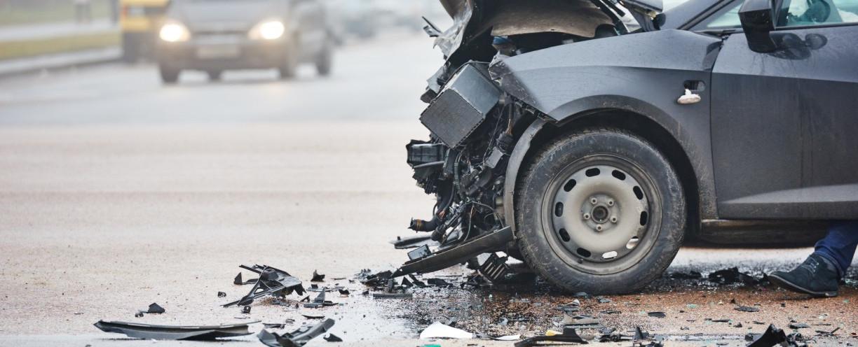Verunfalltes und kaputtes Auto auf der Straße.