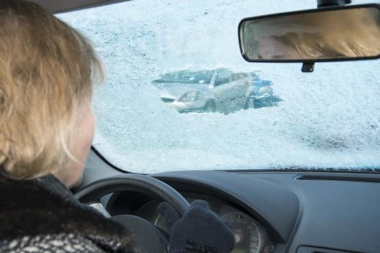 So nicht! Im Winter müssen alle Scheiben von Eis und Schnee befreit werden.